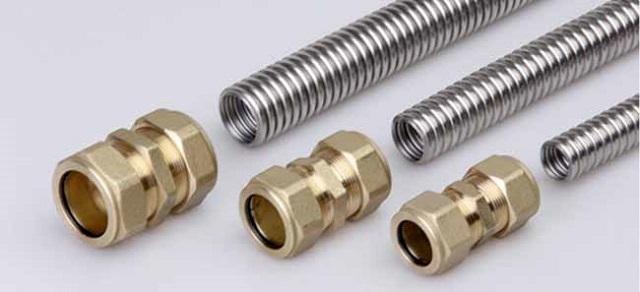 Гофрированные нержавеющие трубы очень удобны в монтаже. Система из соединительных фитингов отличается высокой надежностью.