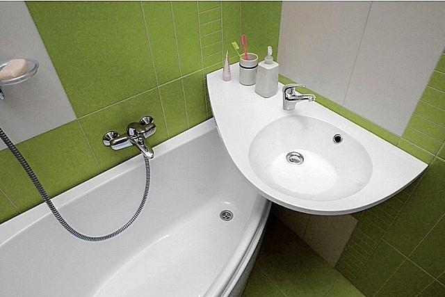 Оригинальный комплект, «обыгрывающий» пересечение двух каплевидных форм ванны и раковины
