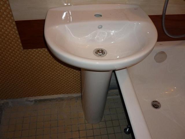Если планируется установить «тюльпан» так, как представлено на фото, то следует заранее просчитать высоту ножки раковины и бортика ванны.