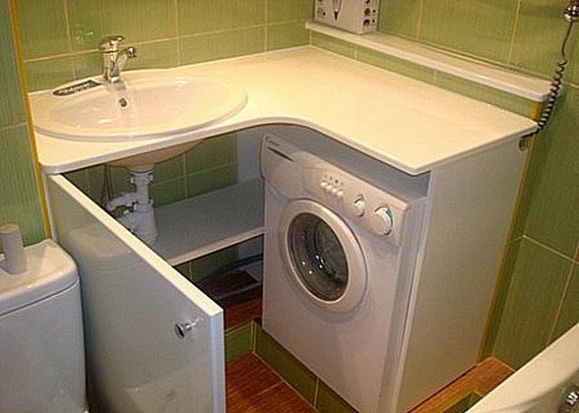 В углу под раковиной нашлось место и для стиральной машинки, и для вместительного шкафчика