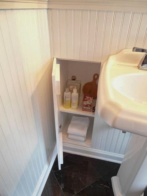 Ниша-шкафчик за декоративной пластиковой обшивкой стены