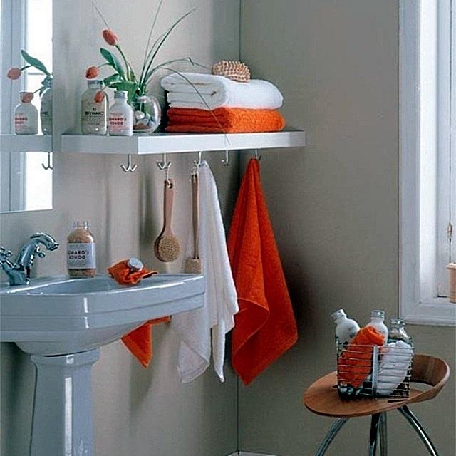 Расположение вешалок для полотенец и халатов может быть различным. Главное, чтобы они не занимали много места и не мешали передвижению.