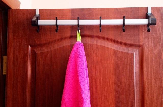 Один из вариантов рационального использования пространства ванной – стационарная или съемная вешалка на двери