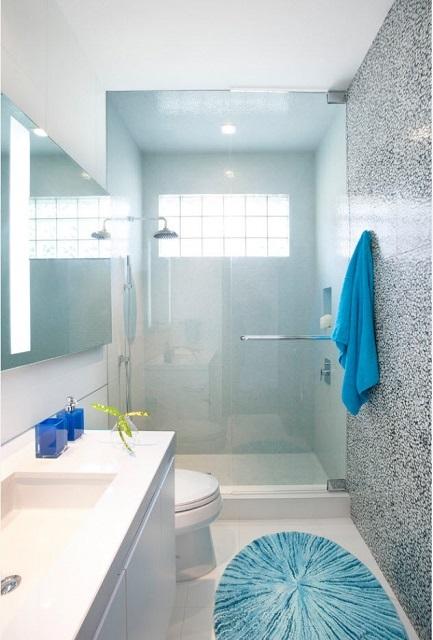 Необходимые яркие цветовые дополнения могут привноситься и отдельными аксессуарами ванной комнаты