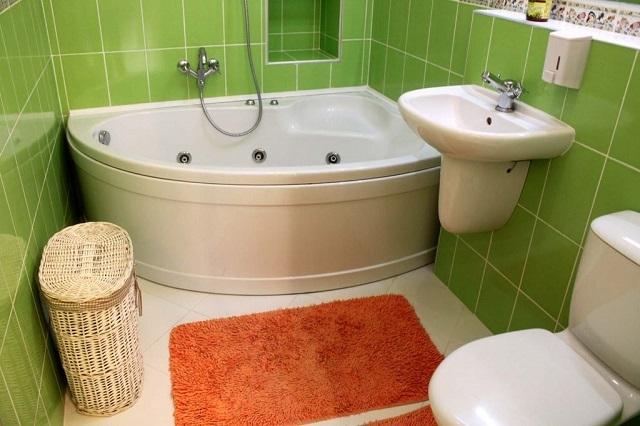 Даже смена одного яркого коврика на другой, иного цвета, сразу кардинально изменит интерьерный облик ванной