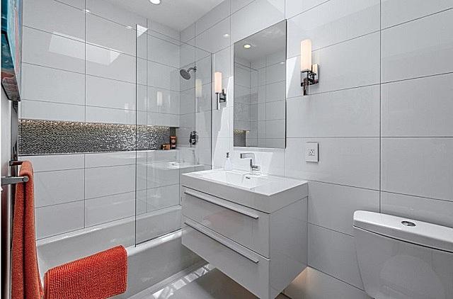 Горизонтально сориентированные крупные прямоугольные плитки визуально расширят помещение.