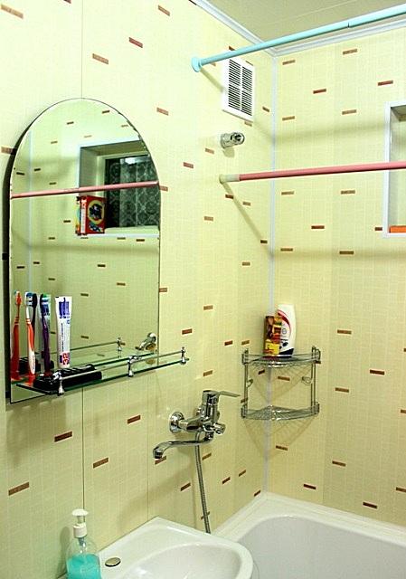 Монтаж пластиковых панелей несложен, так как их форма обеспечивает замковую стыковку с практически незаметными швами