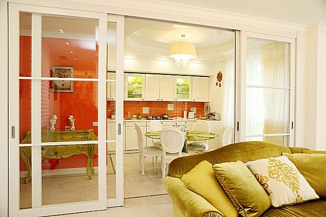 Прозрачная перегородка – в любом положении обеспечивает эффект объединения пространства, но может при необходимости и временно изолировать помещение кухни от гостиной