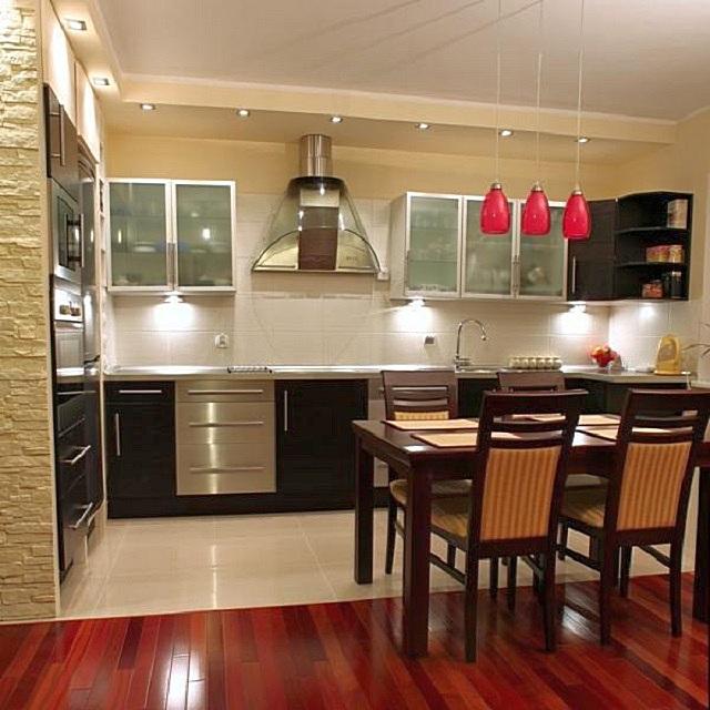 Обеденный стол, установленный на условной «границе» зон кухни и гостиной