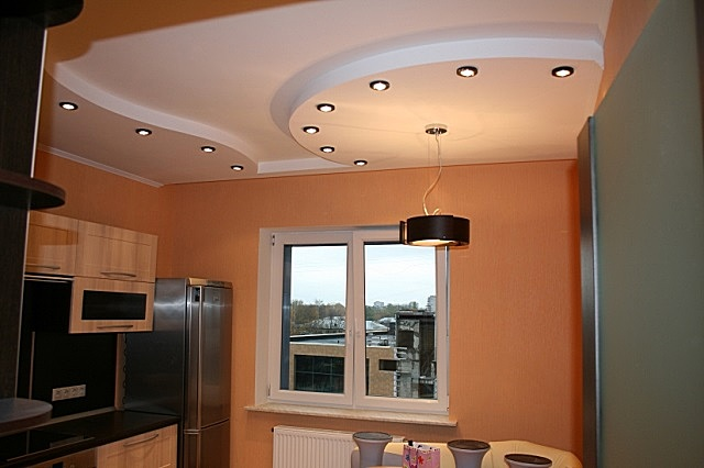 Двухъярусный декоративный подвесной потолок из гипсокартона на кухне