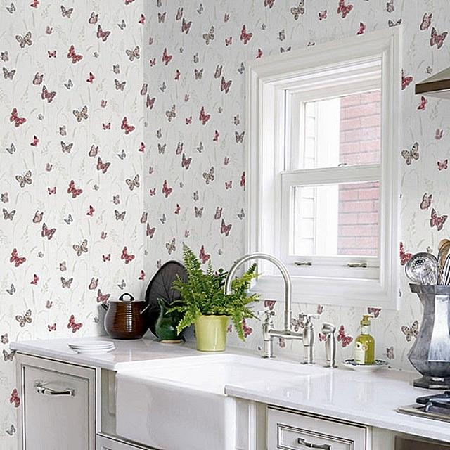 Кухня, отделанная светлыми моющимися обоями с мелким рисунком