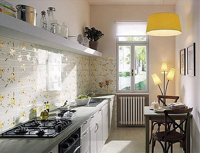Вовсе не обязательно ярко отделывать все поверхности: часто бывает достаточно одного декоративного элемента, а именно – кухонного фартука