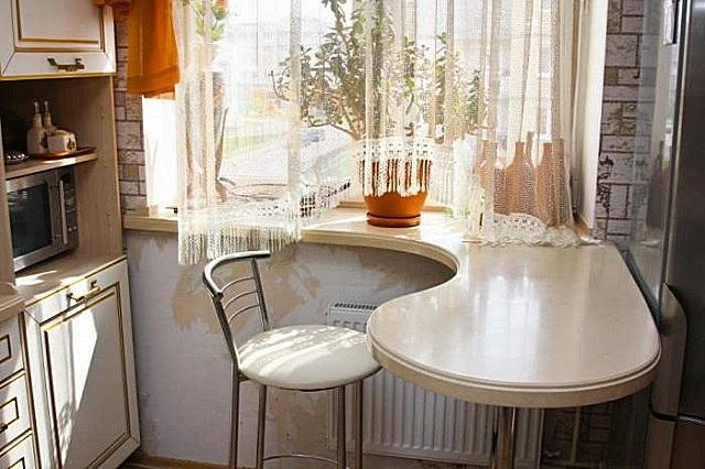 Оригинальное и практичное решение – подоконник плавными формами переходит в обеденный стол