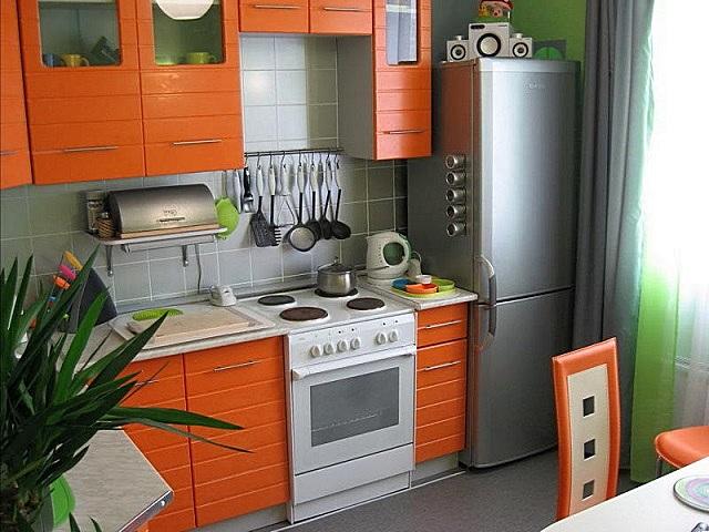Оригинальное оформление кухни с мебелью в оранжевых тонах