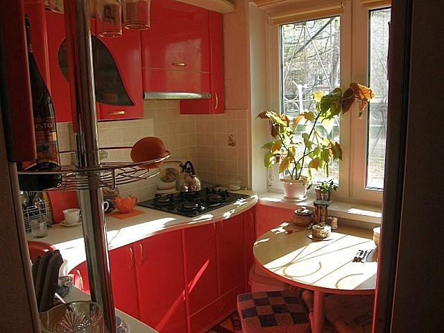 Хорошо организованное пространство тесной кухни, но вот только несколько «перегруженное» ярким красным цветом