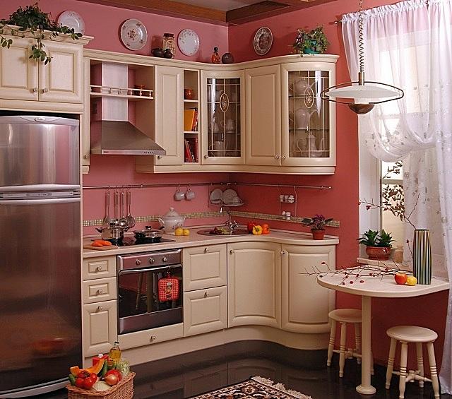 Плавные формы мебели, удачно сочетающиеся мягкие цвета отделки – кухня в стиле «ампир»