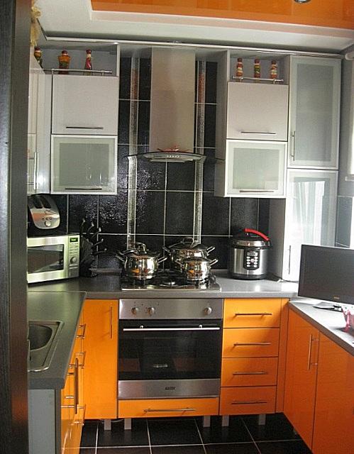 При планировке помещения можно принять в расчет и зону подоконника – ее тоже можно использовать полезно