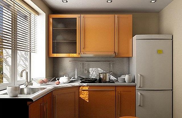 Вариант расположения холодильника на маленькой кухне. Обратите внимание – мойке нашлось место под окном.