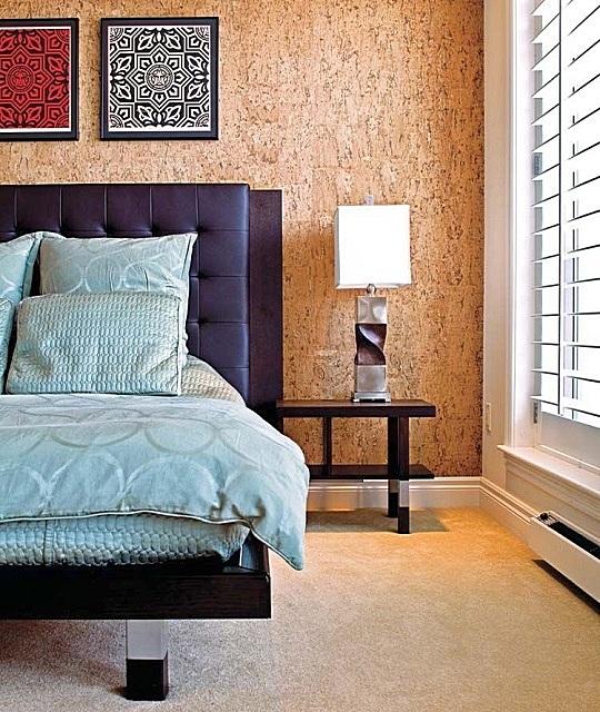 Отделка из натуральной пробки делает интерьер спальной максимально комфортным
