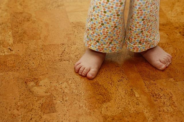Пробковое покрытие пола – наиболее комфортное для ходьбы босыми ногами