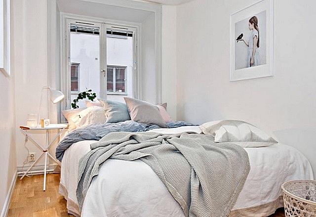 Спальня, оформленная в совсем уж белых тонах, тоже может действовать угнетающе, так как очень отдает больничной палатой.