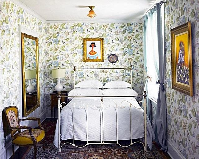 Обои с крупным рисунком способны сделать ее уютной, но визуально уменьшат пространство.