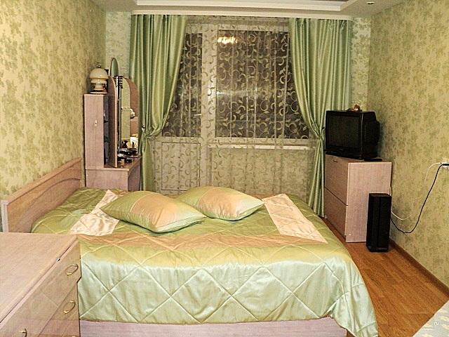 Обои в зеленоватых оттенках создадут в спальне благоприятную для отдыха атмосферу.