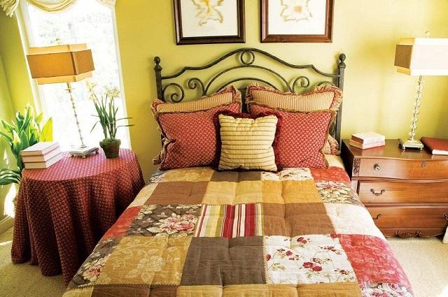 Текстиль в интерьере маленькой спальни играет очень существенную роль