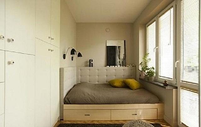 Приходится иногда прибегать и к такому - кровать, имеющая ширину, равную ширине комнаты.