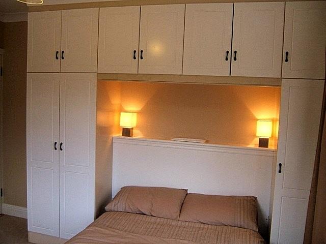 Кровать, «утопленная» в мебельную «стенку».