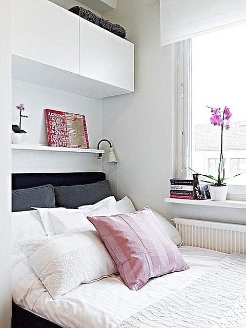 Кровать, установленная поперек комнаты, вплотную к окну