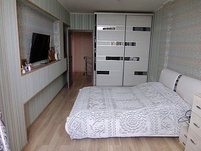 Платяной шкаф в спальне нежелателен, хотя часто в тесных квартирах его больше, по сути, и некуда деть