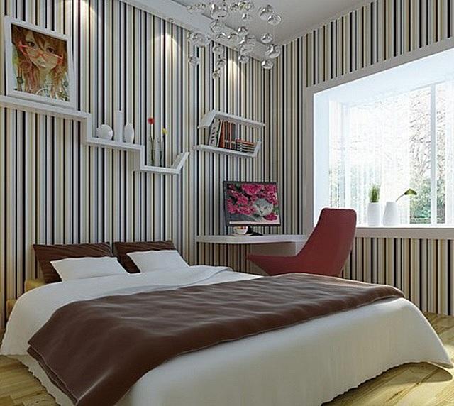 Вертикальные полосы визуально приподнимают потолок.