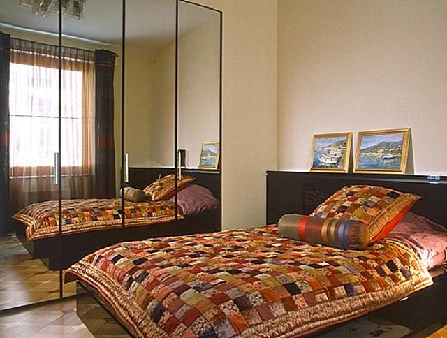 Зеркальные стены или дверцы шкафов действительно здорово расширяют тесное пространство. Но к установке отражающих поверхностей все же стоит подходить с определенной долей деликатности.