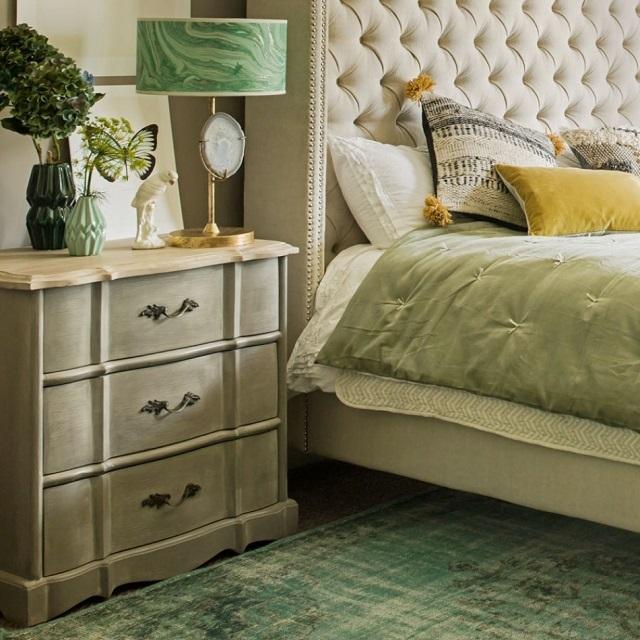Комод в спальне может заменить и прикроватную тумбочку, и шкаф для белья.