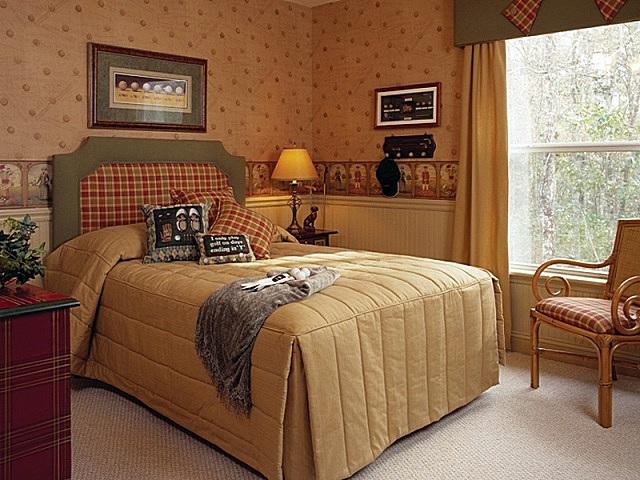 Очень уютная спальня с элементами стиля «кантри»