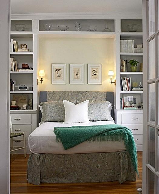 Отличное решение, экономящее место – встроенные полки и шкафы