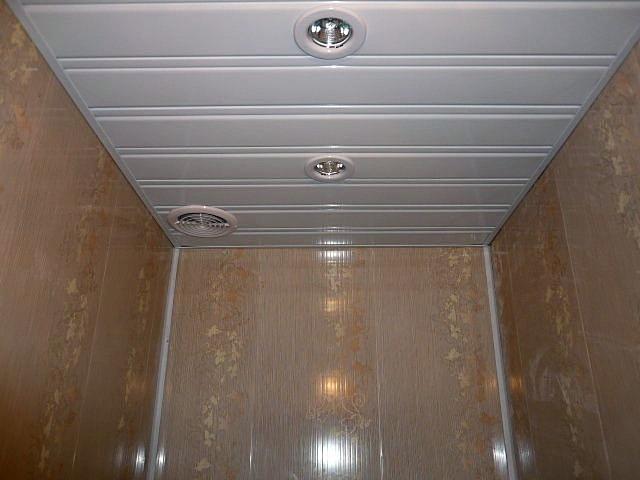 Практично и не особо накладно – потолок облицован пластиковыми панелями
