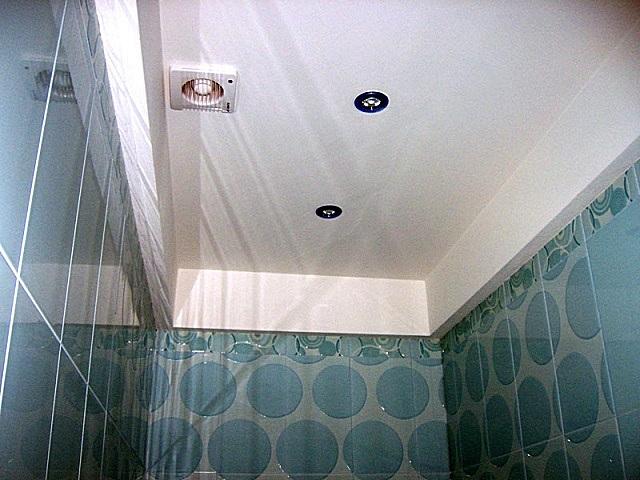 Очень популярный вариант отделки — подвесной потолок из гипсокартона.