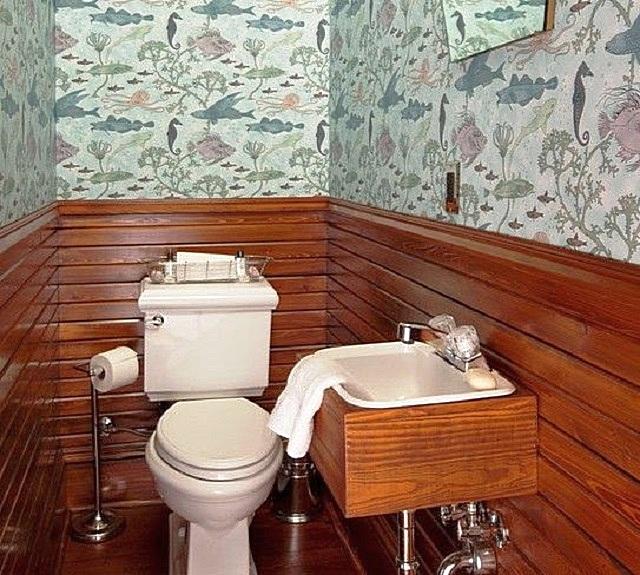 Комбинированная отделка стен туалета несколькими разными типами материалов