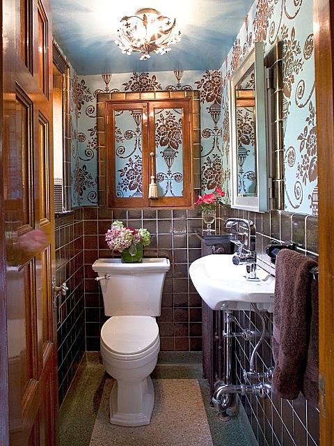 Оригинальное исполнение интерьера туалета с элементами стиля «английской классики»