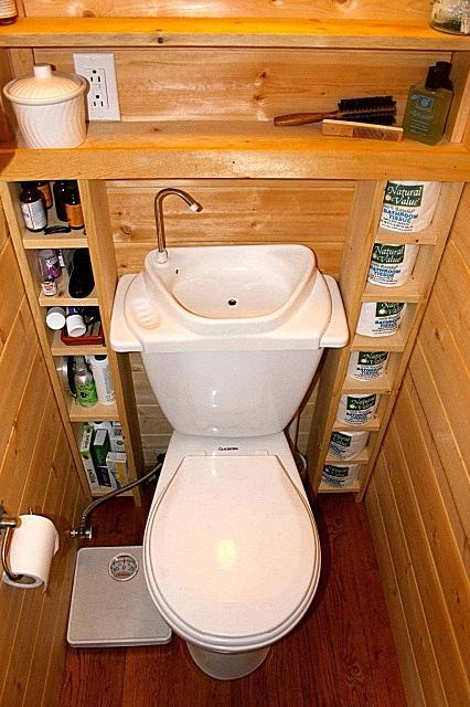 Удачный пример продуманной компоновки и эстетичной отделки туалета деревом