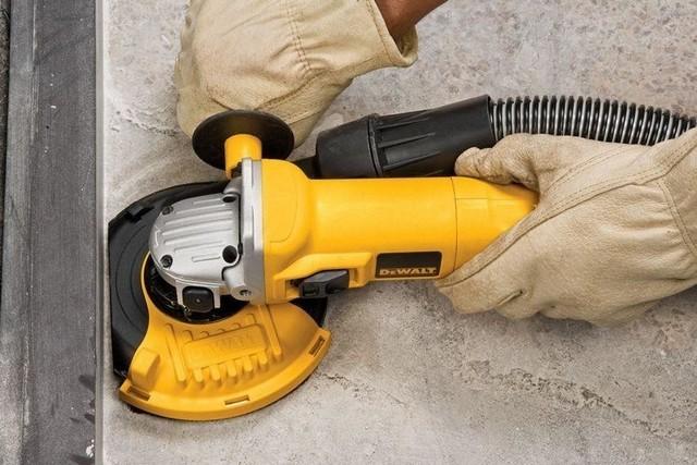 Обработка поверхности бетонного пола ручной шлифмашинкой