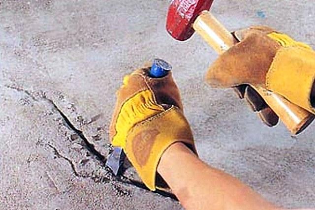Трещины и щели разделываются вширь и вглубь для последующего плотного заполнения ремонтным составом