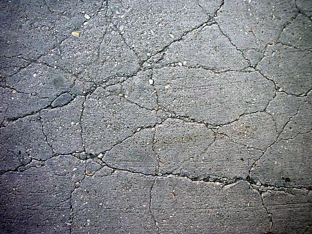 Несколько лет эксплуатации в неблагоприятных условиях – и не имеющий защиты бетонный пол может превратиться в полностью растрескавшуюся, пылящую, крошащуюся поверхность