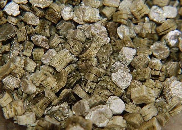 Вермикулит сложно спутать с другими материалами – из-за его характерной структуры