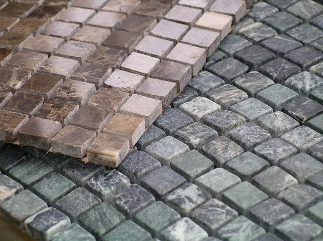 Гибкая мозаичная плитка может быть изготовлена и из натурального камня.