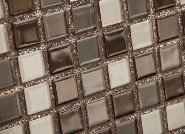 Швы мозаичной кладки заполнены эпоксидной затиркой с играющими на свету блестками.
