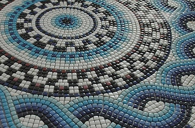 Мозаичное панно, выполненное из смальты.