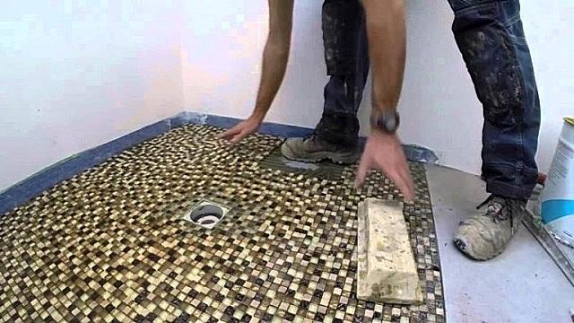 Даже не имея опыта облицовочных работ, проявив старание, вполне можно справиться с укладкой мозаичной плитки.